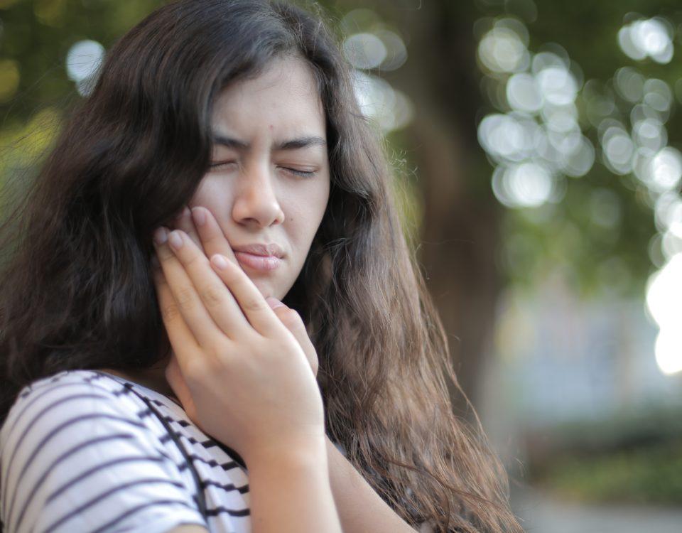 πόνος στα δόντια σε κατσανή νεαρή κοπέλα